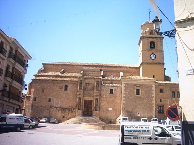 Papercraft building imprimible y recortable de la Iglesia de la Asunción de Hellín en Albacete, España. Manualidades a raudales.