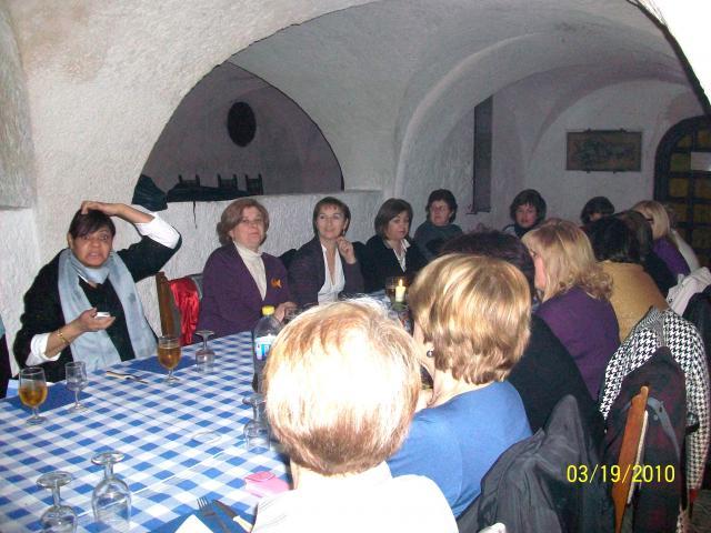 Cena de mujeres en cuevas de Masagó