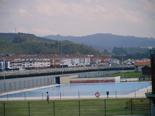 Piscinas de agua salada san esteban for Piscinas asturias