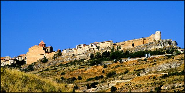 Otra vista de Cantavieja por debajo del pueblo